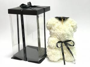 Virágmaci koronával-kalappal fehér
